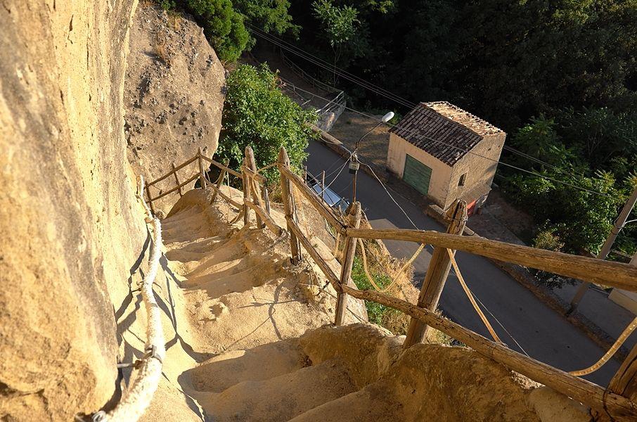 Alla scoperta delle grotte medievali di Pietrapaola