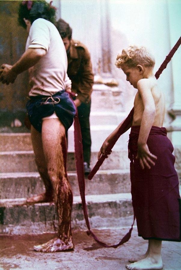 Racconta il tuo Sud | Il cruento rito calabrese dei Vattienti, un documento fotografico degli anni '70