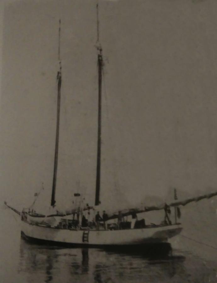 L'Alda, panfilo di 46 tonn, lungo 21 metri, usato da Crawford per i suoi viaggi nel Mediterraneo - Foto anonima, Raccolta Antonino De Angelis, Sant'Agnello (Na)