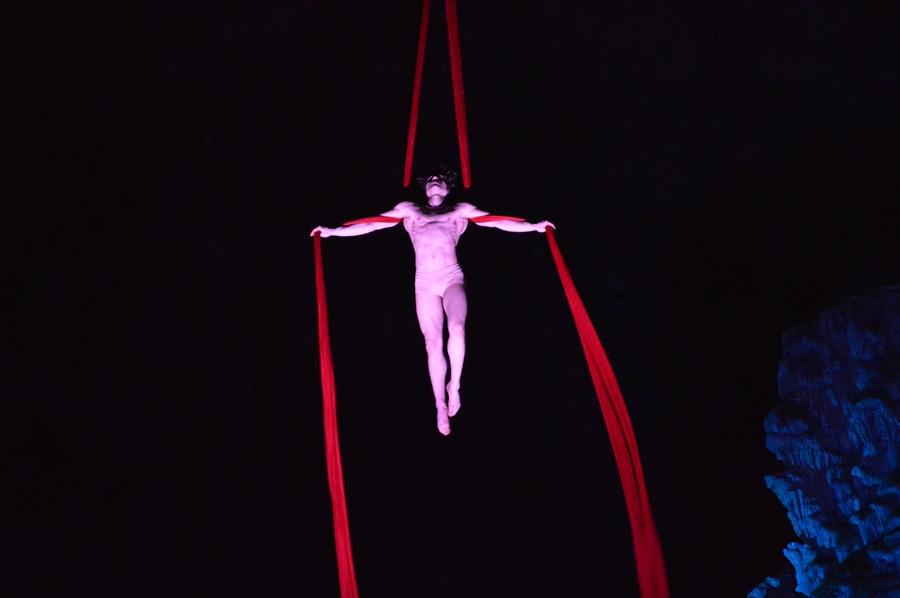 Una delle scene dell'Inferno di Dante ambientato nel suggestivo contesto delle Grotte di Castellana (Bari)