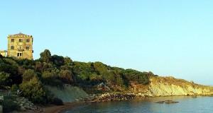 Crotone: recuperato nel mare di Punta Scifo un grande monolito con iscrizione in greco