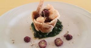 Ricette d'Autore | Cestino di pasta brisè con insalata di gamberi e gelsi su letto di spinaci mandorlati