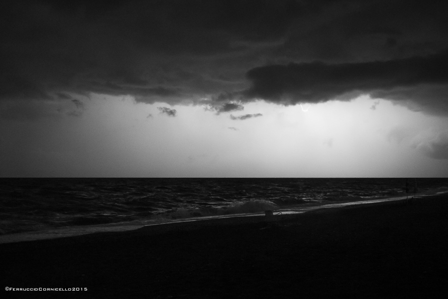 Marina di Pietrapaola, di notte, nel bagliore dei lampi - Ph. © Ferruccio Cornicello