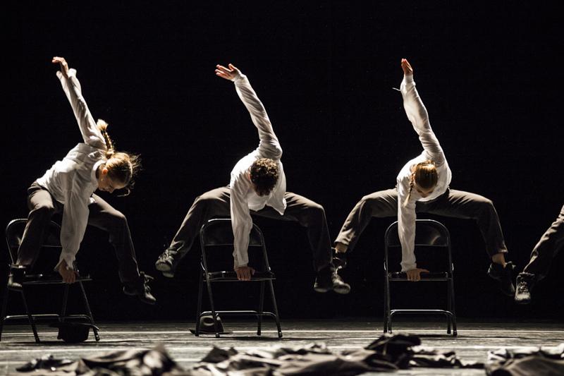 I danzatori della Compañía Nacional de Danza de España nella coreografia Minus16 di Ohad Naharin - Ph. Jacobo Medrano