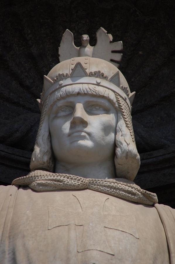 Paerticolare del monumento a Federico II di Svevia sulla facciata del Palazzo Reale di Napoli - Ph. Raffaele Esposito | CCBY-SA2.5