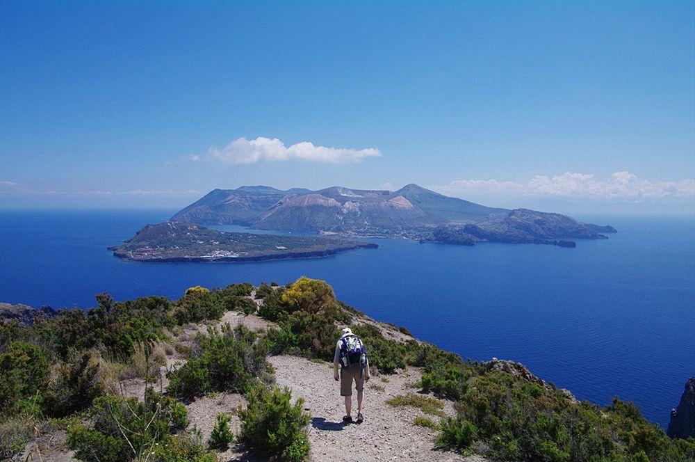 Sicilia - L'isola di Vulcano vista dalla punta sud di Lipari, Eolie (Messina) - Ph. Laurent Gébeau | CCBY-SA2.0