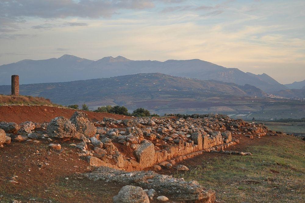Calabria - Veduta del pianoro e dei resti archeologici di Torre Mordillo, terrazza sulla Sibaritide, Spezzano Albanese (Cs)
