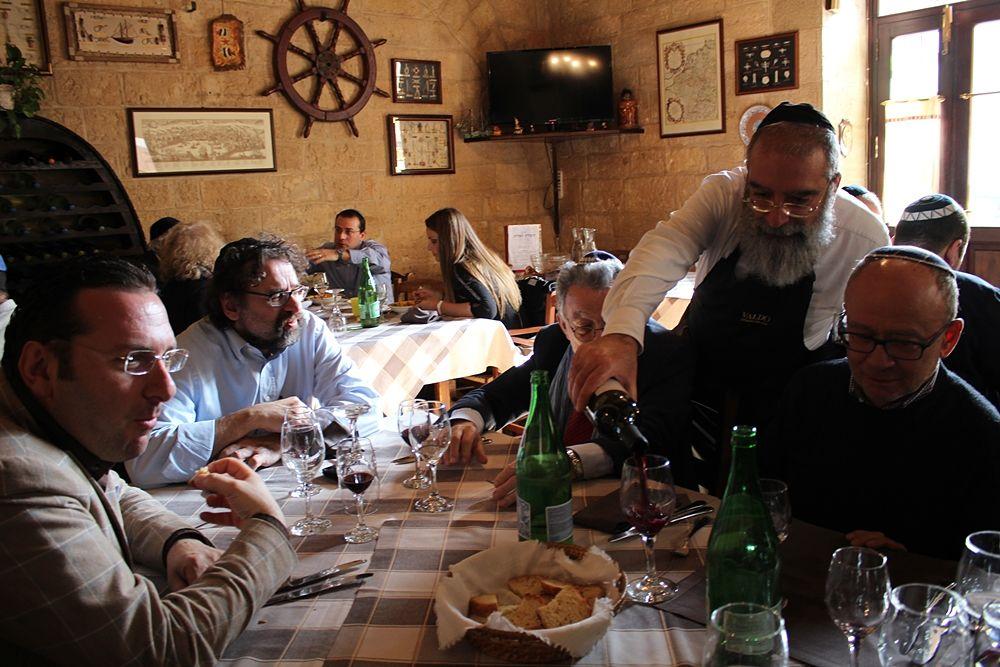 Cosimo Yehuda Pagliara serve vino cacher agli ospiti dell'edizione 2015 di Lech Lechà - Ph. © Luciana Doronzo