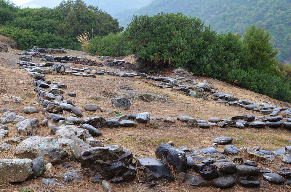 Resti di uno degli edifici sacri di Timpone della Motta, VIII sec. a.C. - Ph. Alexander Van Loon | CCBY-SA2.0