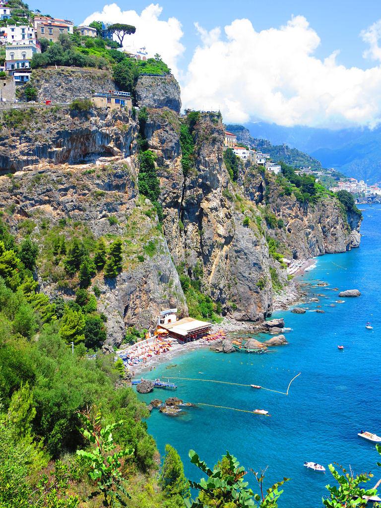 Scorcio della costa di Praiano (Salerno) – Ph. Gianfranco Vitolo | CCBY2.0