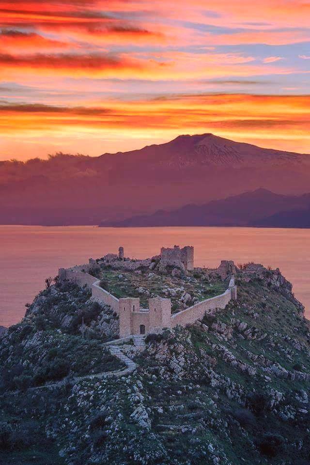 Calabria - Veduta al tramonto del Castello di Sant'Aniceto, Motta San Giovanni (Reggio Calabria). Sullo sfondo lo Stretto di Messina e il vulcano Etna - Ph. courtesy Danilo Mastroddi | CCBY-SA4.0