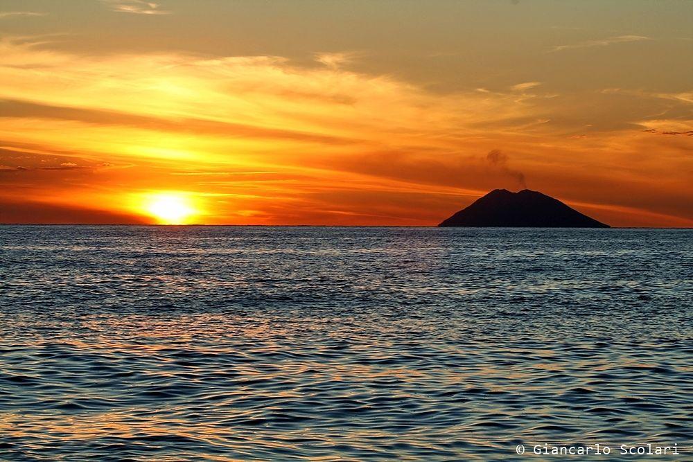 Calabria - L'isola-vulcano Stromboli al tramonto vista dalla costa calabrese di Capo Vaticano - Ph. Giancarlo Scolari per #Raccontailtuosud