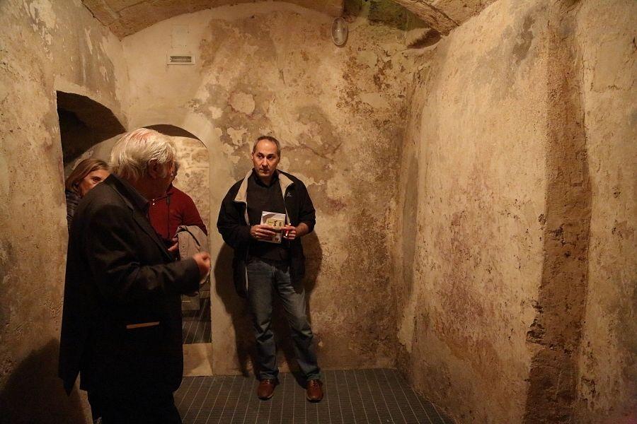 Con Nello De Gregorio (primo a sin.) nell'ipogeo dell'hotel Sant'Andrea degli Armeni – Ph. © Anna Svelto