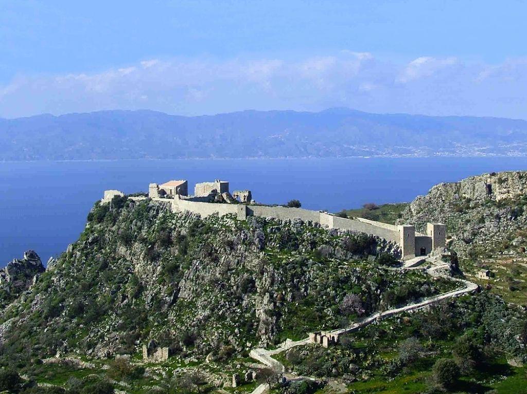 Veduta della rupe e del Castello di Sant'Aniceto, Motta San Giovanni (Reggio Calabria) - Ph. Comune di Motta S. Giovanni