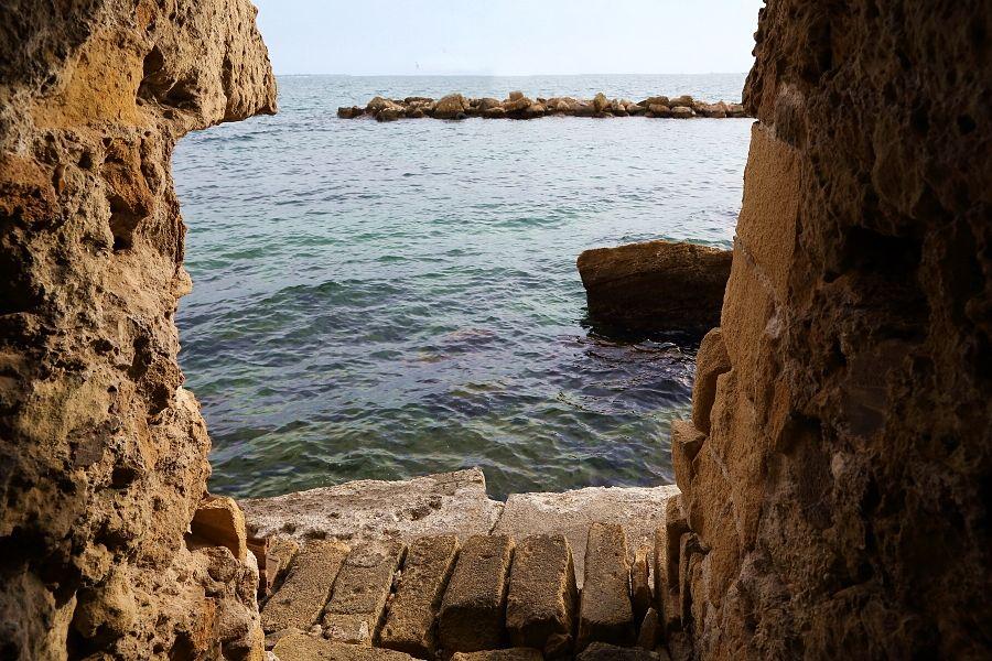 Il punto di uscita sul Mar Grande, sotto le mura del centro storico di Taranto, di uno dei cunicoli collegati all'ipogeo di Palazzo Baffi - Ph. © Anna Svelto