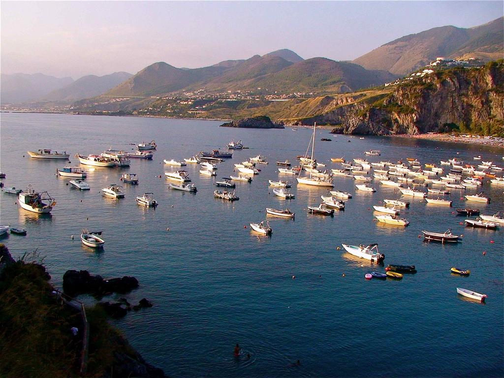 Imbarcazioni alla fonda nella Baia di San Nicola, San Nicola Arcella (Cs) - Ph. © Stefano Contin