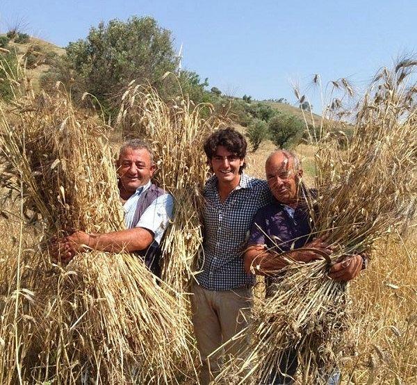 Stefano Caccavari fra lo zio Franco e lo zio Floro, entrambi impegnati nell'azienda di famiglia