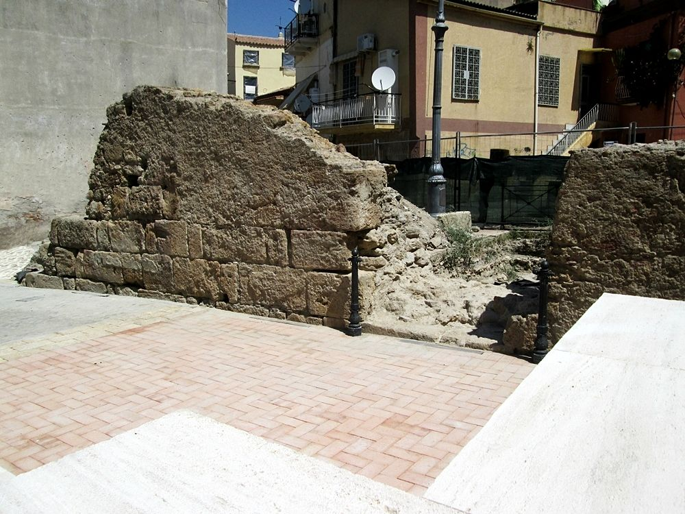 La pavimentazione posta a ridosso del muro ne occulta la base - Ph. © Margherita Corrado