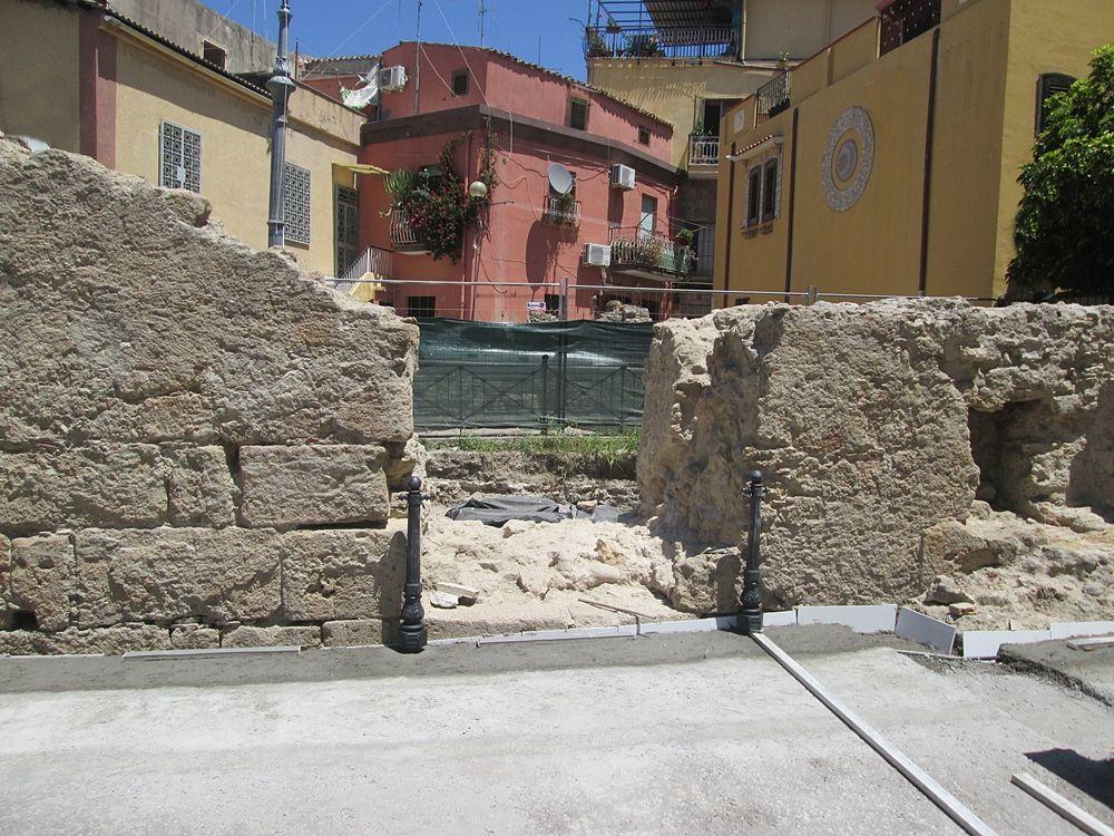 """Il muro bizantino """"assediato"""" dal cemento - Ph. © Margherita Corrado"""