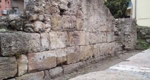 Bisogna che i monumenti cantino. Un appello per ridare dignità a un tratto delle mura bizantine di Crotone
