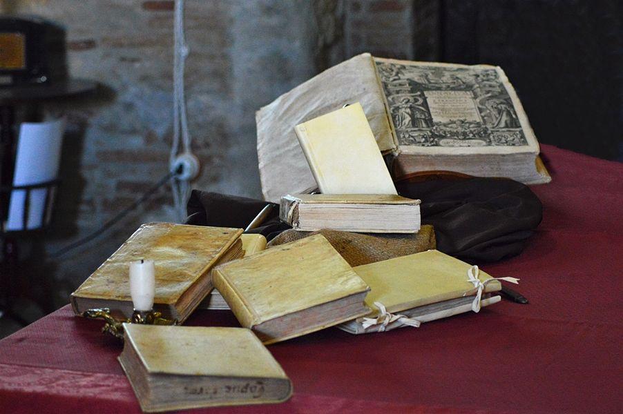 """Libri antichi al workshop """"Officina del Libro Antico"""", Pomarico (Matera) - Ph. © Angela Capurso   Photo gallery a fondo pagina"""