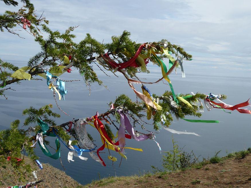 Nastri colorati votivi sull'isola di Olchon - Ph. Giovanni Battista Sapienza