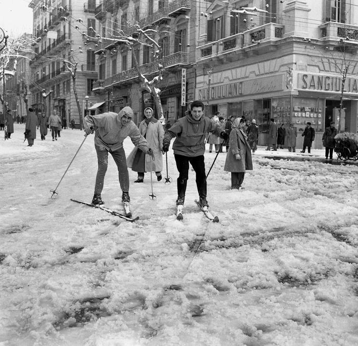 L'eccezionale nevicata del 1956: sciatori al Vomero, Napoli - Ph. Riccardo Carbone © Archivio Fotografico Carbone
