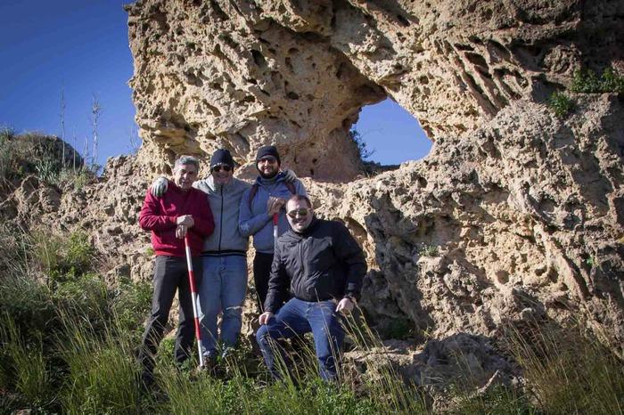 Gli scopritori davanti al monolite di Gela (Ag) - Ph. Giuseppe La Spina