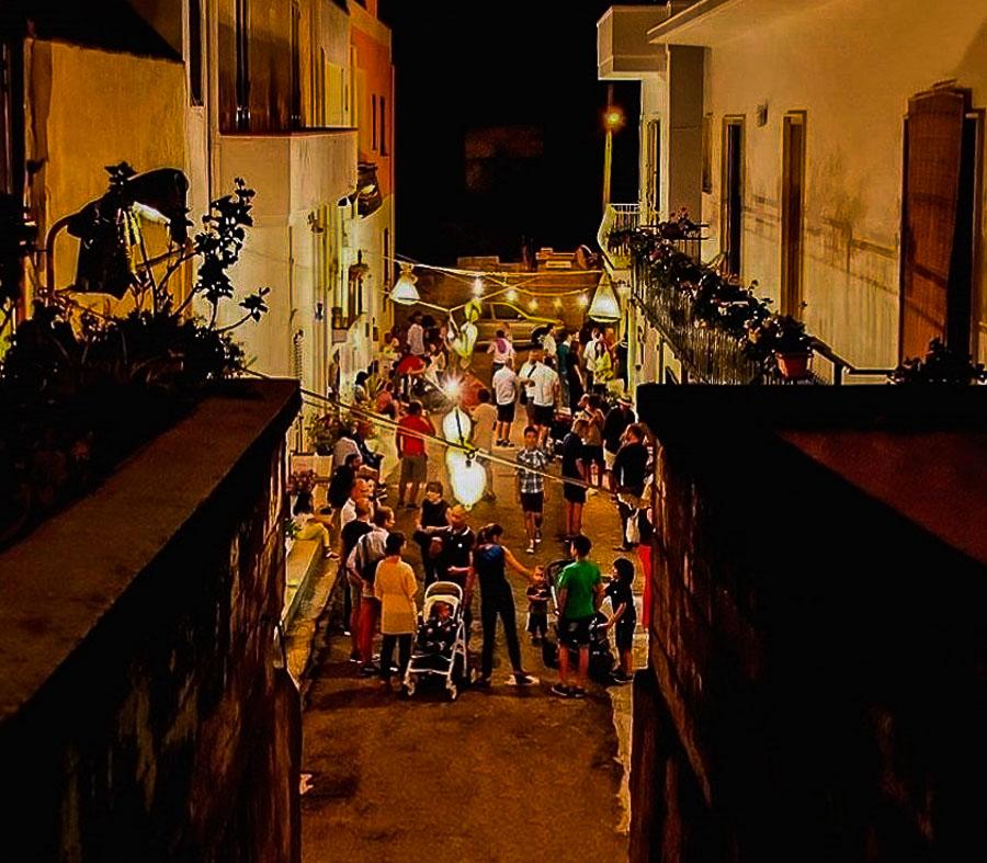 Tricase Porto: il borgo dei pescatori durante una delle cene delle Mamme del Borgo - Ph. by Le Mamme del Borgo
