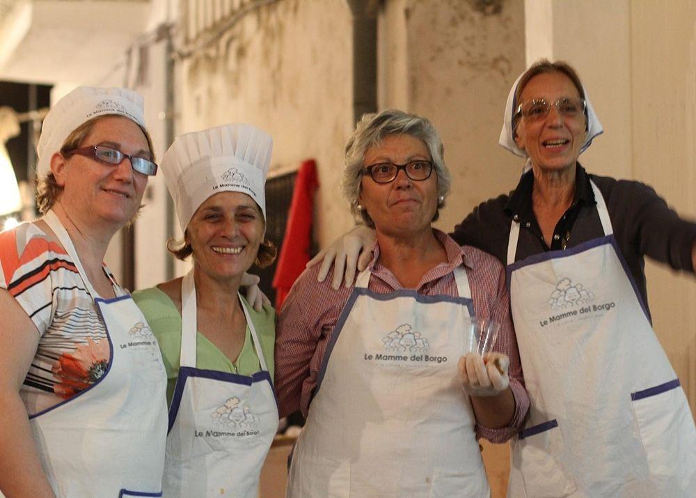 Alcune delle mamme-cuoche di Tricase Porto (Lecce) - Ph. by Le Mamme del Borgo