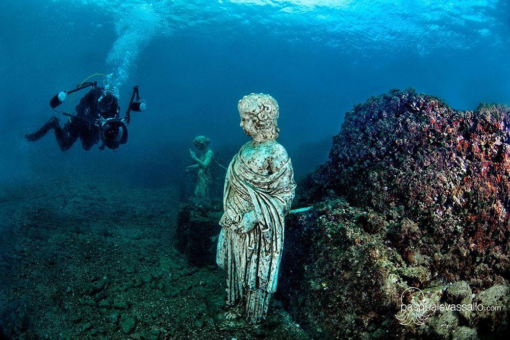 Veduta subacquea delle statue del ninfeo sommerso di Baia (Napoli) - Ph. © courtesy of Pasquale Vassallo