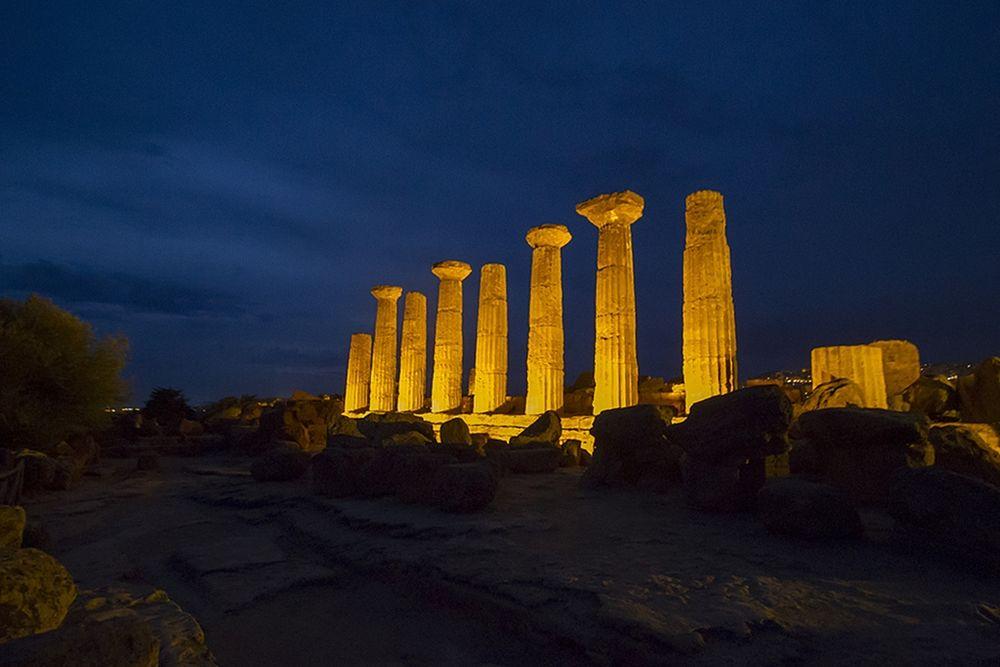 Immagine notturna dei resti del Tempio di Eracle, Valle dei Templi, Agrigento, VI sec. a.C. - Ph. CocumbreLibre | ccby2.0
