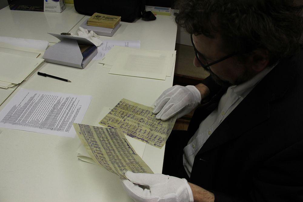 Francesco Lotoro analizza manoscritti e loro stato di conservazione presso gli archivi di Terezìn_opt