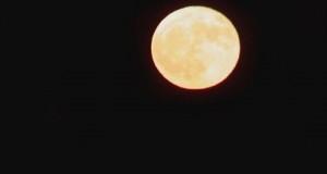 Luna rossa sul Mar Jonio calabrese, scatto di Gianni Termine