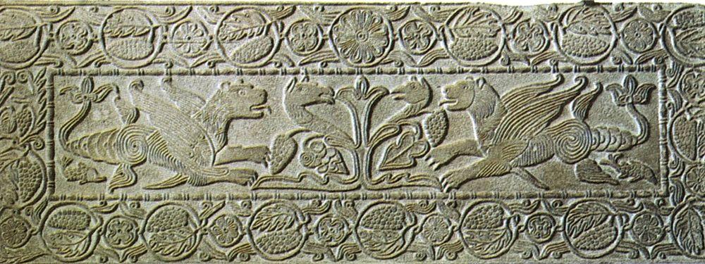 Pluteo_con_grifoni_dell'oratorio_di_san_michele_alla_pusterla,_inizio_VIII_secolo,_pavia,_museo_civico_malaspina,_177x66_cm_opt