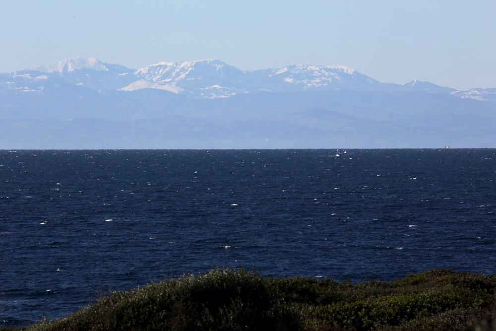 Scorcio del Massiccio del Pollino e di altri monti lucani visti dal litorale tarantino - Ph. © Anna Svelto