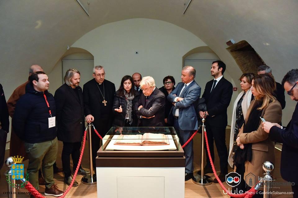 Giancarlo Giannini visita il Codex Purpureus presso il Museo Diocesano di Rossano - Ph. Gabriele Tolisano
