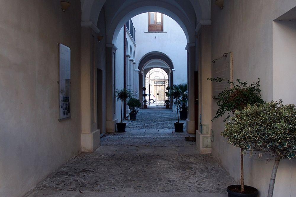 Corte interna di Palazzo Nieddu, Locri (Reggio Calabria)