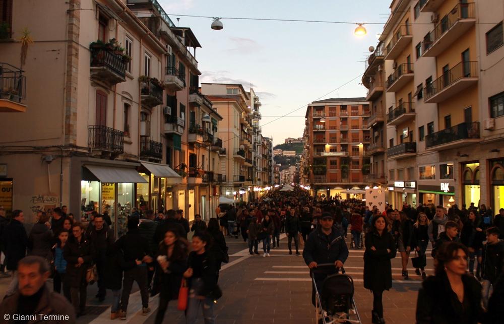 Scorcio serale del centralissimo Corso Mazzini, sede del MAB (Museo all'Aperto Bilotti) - Ph. © Gianni Termine