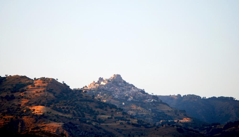 Veduta del borgo di Bova (Reggio Calabria) visto da Condofuri - Ph. Piervincenzo Canale