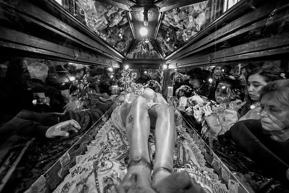 I fedeli rendono omaggio al Cristo morto - Ph. © Francesco La Centra
