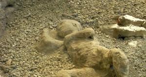 Dalle Terme Centrali di Pompei riemerge l'antico scheletro di un bambino