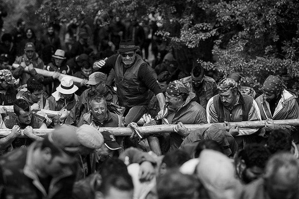 Il 'capo' incita i tiratori della Pitë - Ph. © Francesco Cariati