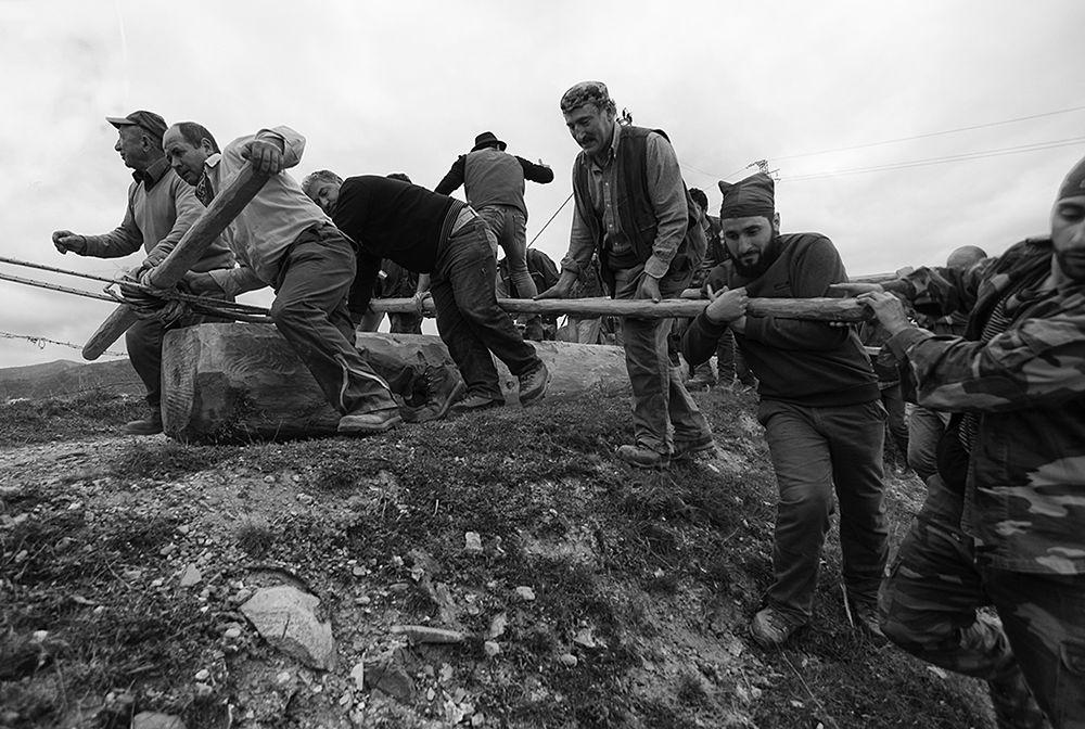 Un momento del trasporto della Pitë – Ph. © Francesco Cariati