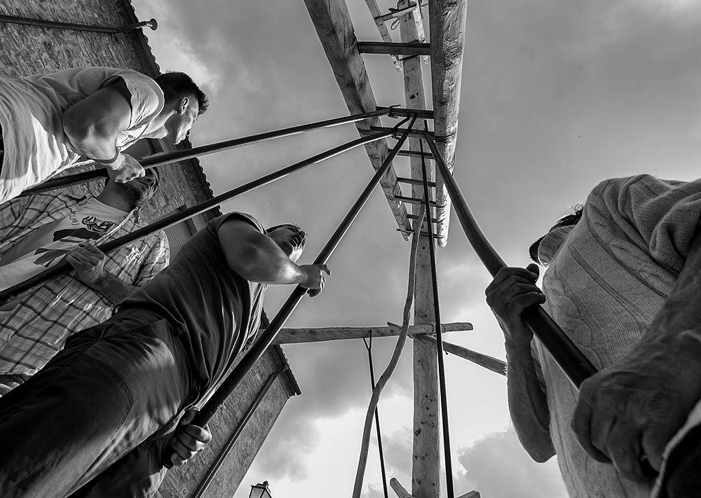 La Pitë viene issata attraverso dei tiranti in fibra di prugno selvatico – Ph. © Francesco Cariati