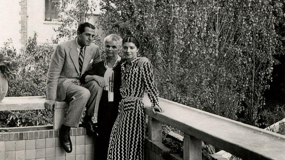 Antonia ed Enzo Fiermonte con l'anziana madre, anni '40