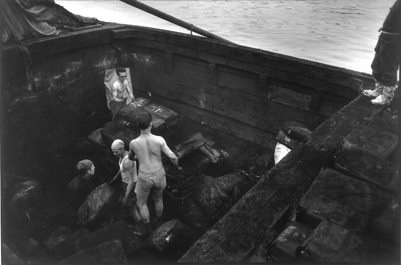 Camalli al lavoro nel porto di Genova Ph. © Lisetta Carmi