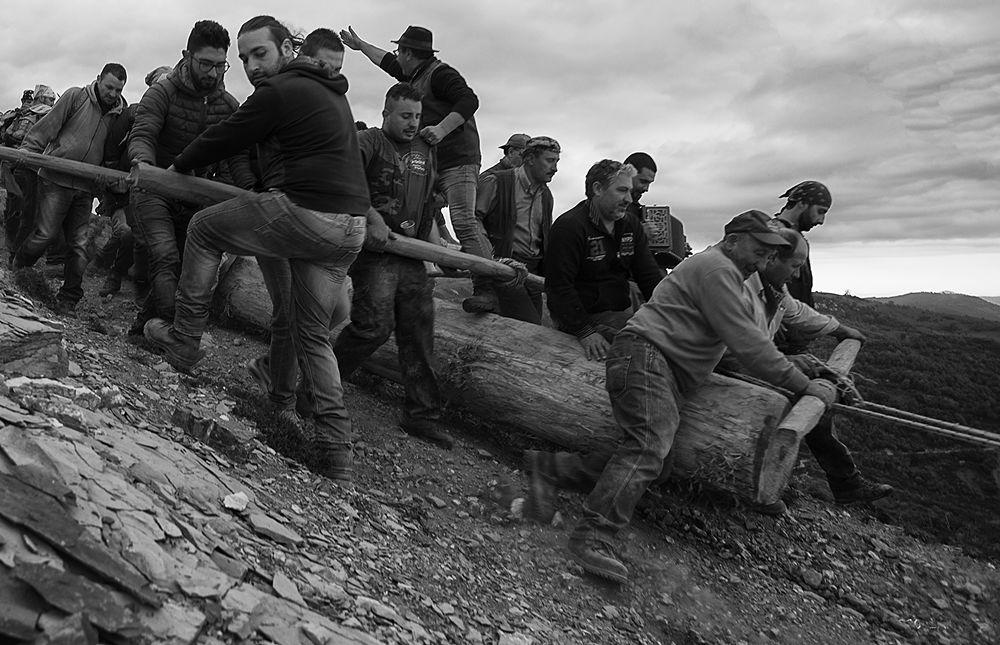 Uno dei passaggi più difficili del trasporto della  Pitë - Ph. © Francesco Cariati