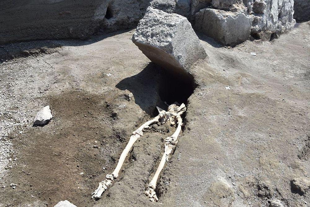 Lo scheletro del pompeiano schiacciato da un masso di 3 quintali nel 79 d.C.   Image courtesy Sovrintendenza Archeologica di Pompei