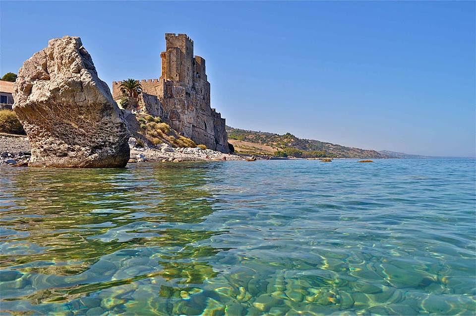 Spiaggia di Roseto Capo Spulico (Cosenza). Sullo sfondo il castello federiciano - Ph. © Stefano Contin